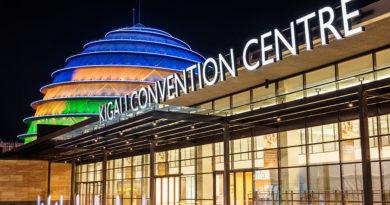 Bamwe mu baturage baturiye inyubako ya Convention Center baratabaza leta ngo ibarinde icyondo n'ivumbi